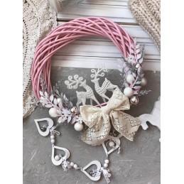 Новогодний венок на дверь в розовом цвете